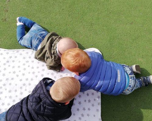 Kinderen op speelmat