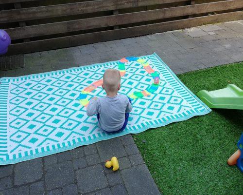 Lars spelend in de tuin